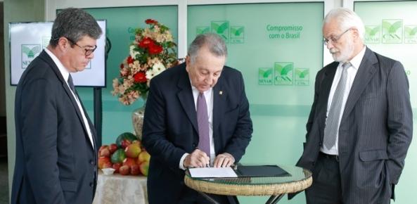 Acordo assinado na CNA vai promover a exportação de frutas brasileiras